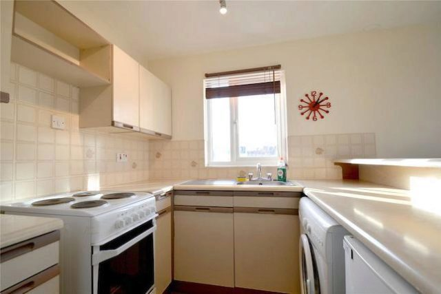 bedroom flat to rent in coe avenue london se25 at coe avenue london