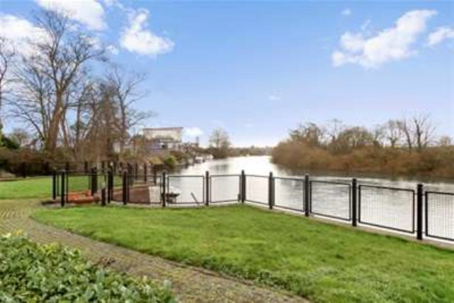 Image of 2 bedroom Flat to rent in Russell Road Shepperton TW17 at Shepperton, TW17 9HZ
