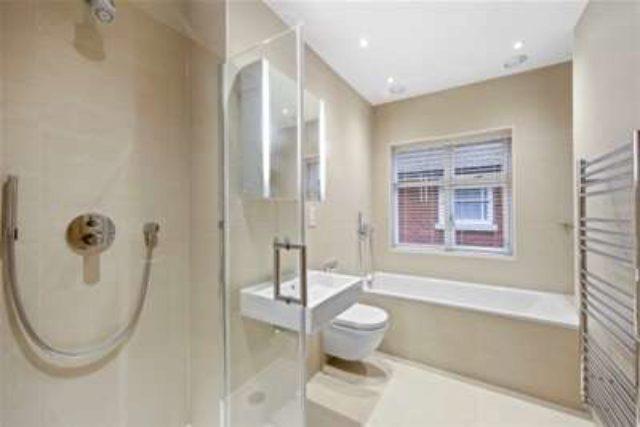 Image of 6 bedroom Property to rent in Mizen Close Cobham KT11 at Cobham, KT11 2RJ