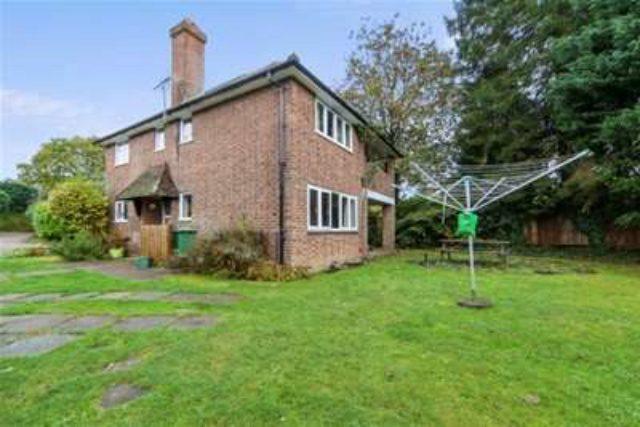 Image of 2 bedroom Maisonette to rent in Pond Piece Oxshott Leatherhead KT22 at Leatherhead, KT22 0QZ