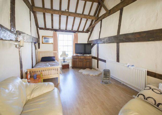Image of 3 bedroom Flat for sale in Swan Street Kingsclere Newbury RG20 at Swan Street Kingsclere Newbury, RG20 5PP