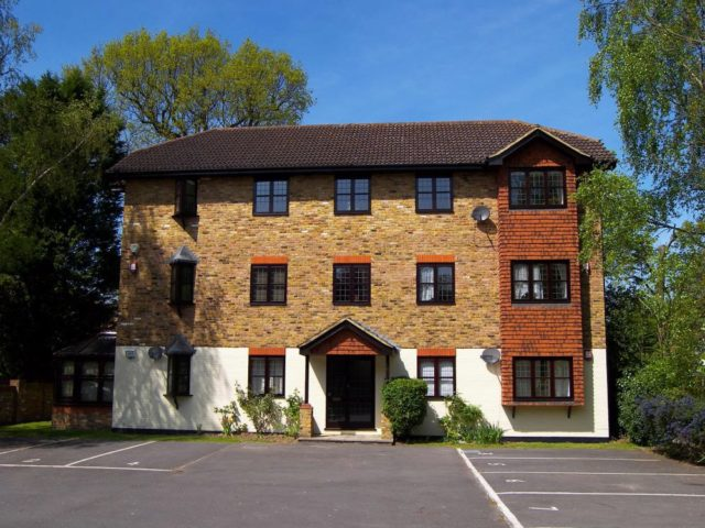 Image of 1 bedroom Apartment to rent in Rushmon Gardens Walton-on-Thames KT12 at Walton On Thames, KT12 1QZ
