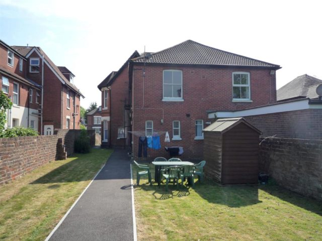 Image of 1 bedroom Flat to rent in Hill Lane Southampton SO15 at Southampton Hampshire Southampton, SO15 5DD