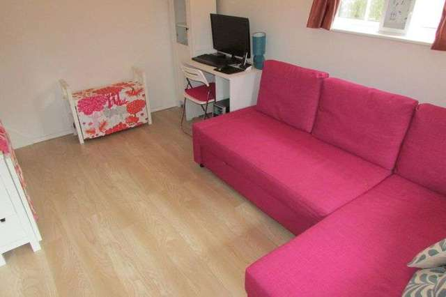 Bed Properties To Rent In Larchwood Chineham