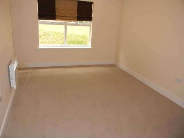 Image of 2 bedroom Flat to rent in Worth Park Avenue Crawley RH10 at Worth Park Avenue Pound Hill Crawley, RH10 3SH